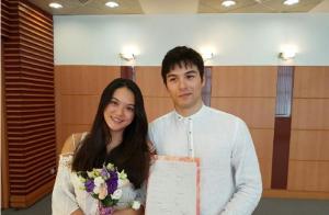 凤小岳与女友完婚