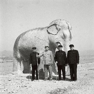 1954 年4 月,毛泽东和程潜(右二)等在北京十三陵合影。