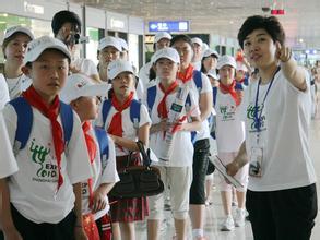 修琳在哈尔滨太平国际机场里为孩子们讲解登机注意事项