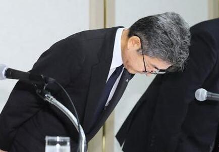 神户制钢所副社长梅原尚人(左)在记者会上鞠躬致歉