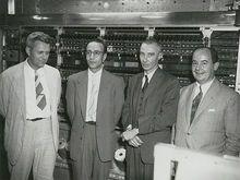 冯·诺依曼(右)等在世界上第一台计算机前