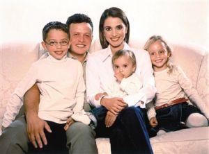 2003年,阿卜杜拉二世与拉尼娅王后结婚十周年时王室公布的照片。还有他们的三个孩子——侯赛因王子、伊曼公主和萨尔玛小公主。