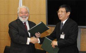 杨雄市长与洛塞泰斯先生签约交换备忘录