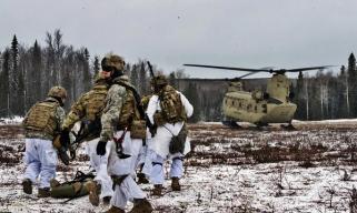 美军支奴干直升机阿拉斯加训练用雪橇当起落架