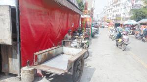 昆明:小吃店桌椅搬上人行道 非机动车堵塞消防车道