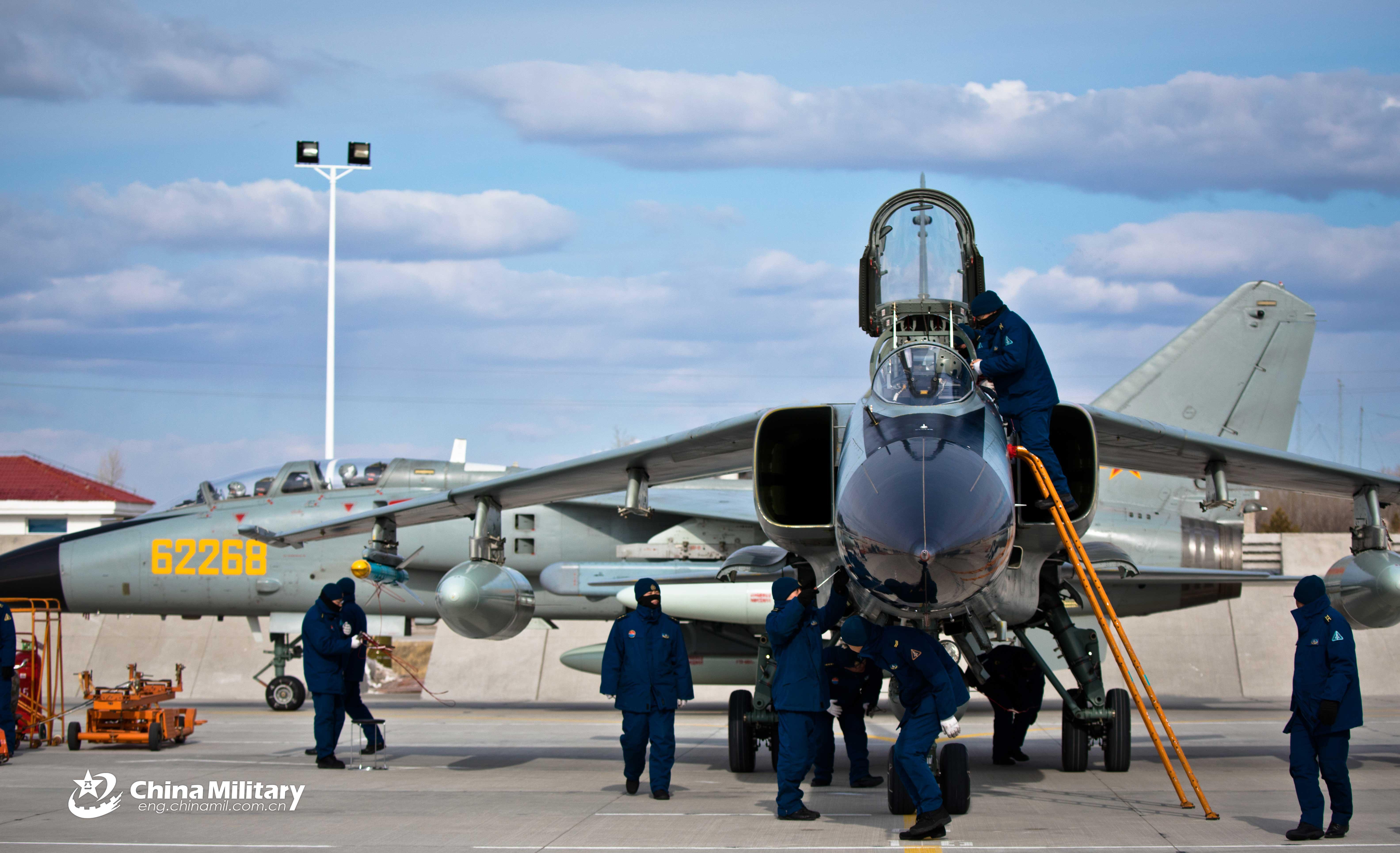 飞豹战机整装待发在内蒙古草原飞行训练