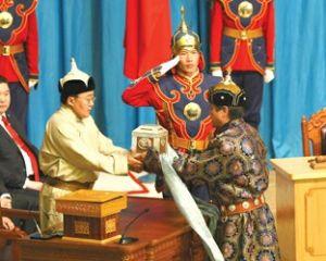 蒙古国当选总统查希亚-额勒贝格道尔吉从前总统那木巴尔-恩赫巴亚尔手中接过总统印