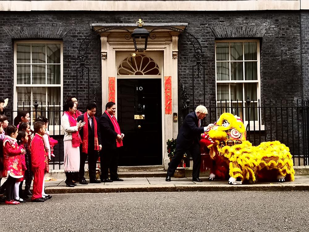 庆新年!英国首相约翰逊为中国狮子点睛祈福