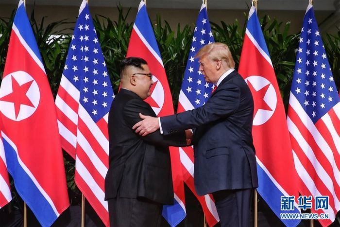 6月12日,朝鲜最高领导人金正恩(左)与美国总统特朗普在新加坡举行会晤。 新华社发(新加坡海峡时报供图)