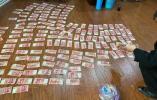 袋子里装了1.8万元现金,保洁员捡到后拾金不昧归还失主