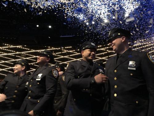 纽约市警新增华裔生力军 华裔警员:为父亲圆梦