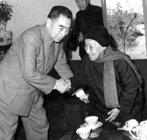 1963年政协全国委员会主席周恩来和全国人民代表大会常务委员会副主任何香凝握手问好