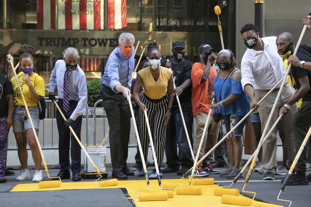 直接叫板?纽约市长白思豪加入抗议队伍,在特朗普大厦前写下捍卫黑人标语