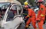 三轮车与面包车相撞致两人受伤 消防紧急救援