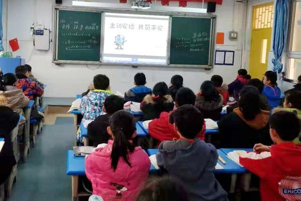 二七区建新街小学观看反恐普法视频并进行学习交流活动