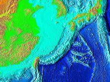 图中中央部份浅蓝色的为东中国海