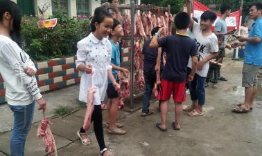 Top students get 1 kg of pork as prize