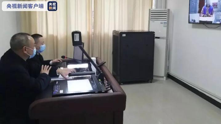 重庆一女子不服从疫情防控 踢踹警察吐口水被追责