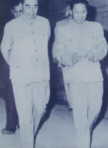 60年代,韦国清陪同周总理在广西