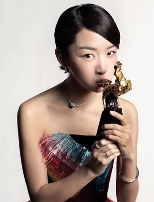 2016年,周冬雨凭借在电影《七月与安生》中的表演荣膺金马奖影后