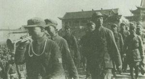 1948年6月,王新亭陪同徐向前司令员检阅临汾旅