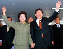 2002年12月卢武铉与权良淑庆祝总统选举获胜