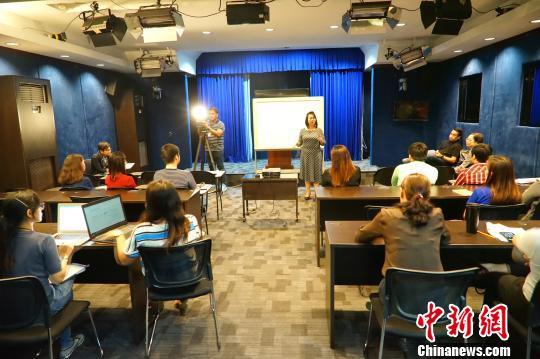 菲律宾大学孔子学院汉语班开进总统府新闻部