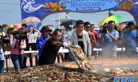 山东金秋开海节 千人共享6.6米超级海鲜大蒸锅