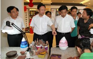 辽宁省委常委、宣传部长范卫平(前左二)