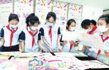 小学生观赏抗疫画信展