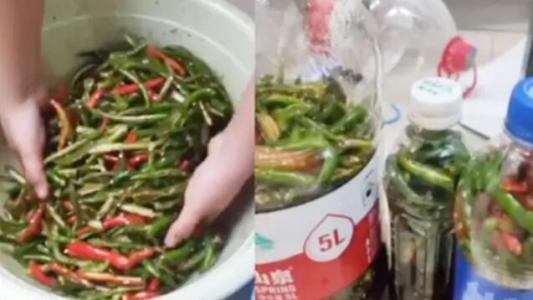 高校男生宿舍徒手腌辣椒,网友:徒手抓辣椒,是个狠人!