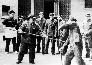 许世友将军向工作人员传授少林棍术