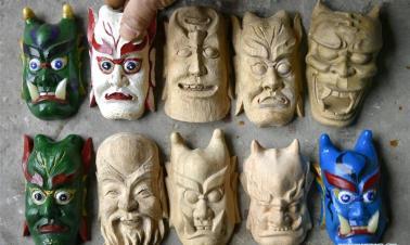 Handicraftsman makes masks of Nuo Opera in Hubei