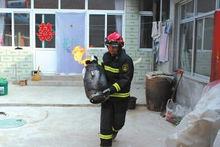 消防员陈安从厨房抱出冒火煤气罐