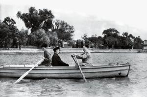 1952年9月,毛泽东在中南海亲自为程潜(中)划船
