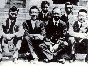 在哥伦比亚大学,陶行知(右一)与胡适(左二)等师生合影