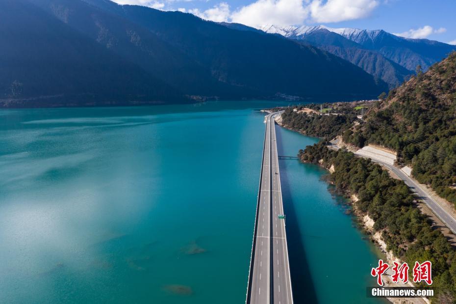 """航拍西藏""""最美水上公路"""""""