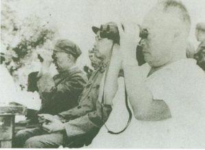 1964年8月,王新亭(左)与李天佑、陈毅(右)在济南黄河南岸观看通信兵战士大比武