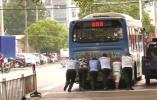 一公交车抛锚堵路 宁波热心市民徒手推车