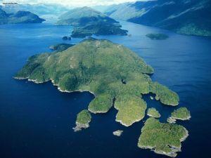 峡湾国家公园位于新西兰南岛西南端,濒临塔斯曼海。1904 年被列为保护区,1952 年辟为公园,1990年峡湾国家公园联合国世界遗产保护地区。