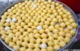 今天是腊月初七,吉林市迎来严寒天气,黏米团豆包比往天卖的都好
