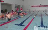 心智障碍儿童游泳班开班 首批35名儿童乐享游泳乐趣(视频)