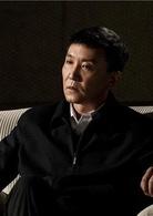 李达康  演员:吴刚  市委书记李达康,是一个正义无私的人民好官。在得知自己身为银行行长的妻子欧阳菁利用职权之便贪赃枉法时,面对亲情和公义,他做出了艰难的抉择。